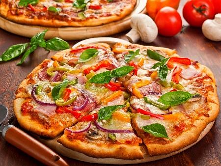 Чеснова пица със сирене моцарела, сушени домати, бекон, фета и чушки - снимка на рецептата
